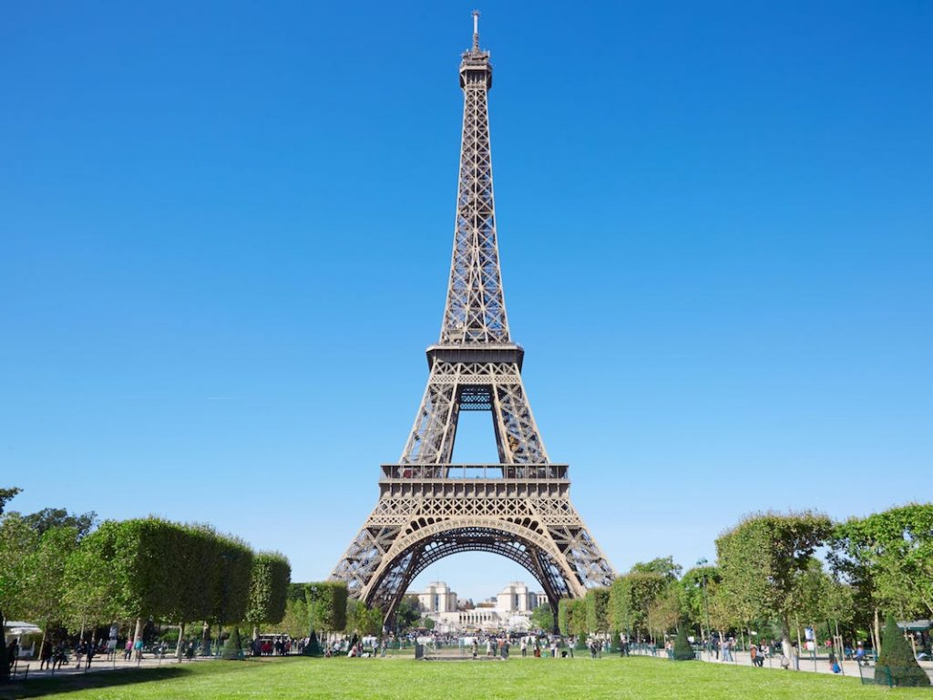 Tourist trip to France: Image of the Eiffel tower
